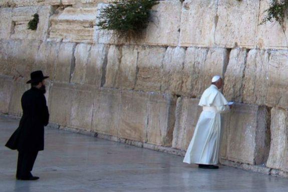 el-papa-francisco-en-Muro con Rabino