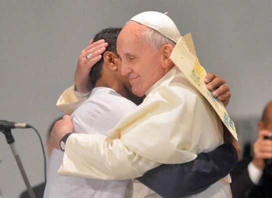 El-papa-Francisco-abraza-a-un-drogadicto-en-Rio-de-Janeiro.