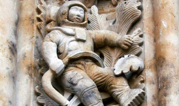 Sculpture_of_astronaut-676x450-675x400